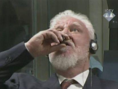 O general bósnio-croata Slobodan Praljak tomou um copo de veneno durante a leitura de sua sentença