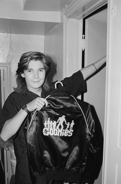 Corey Feldman mostra uma jaqueta com o logotipo de 'Os Goonies', o filme que o lançou ao estrelato em 1985.