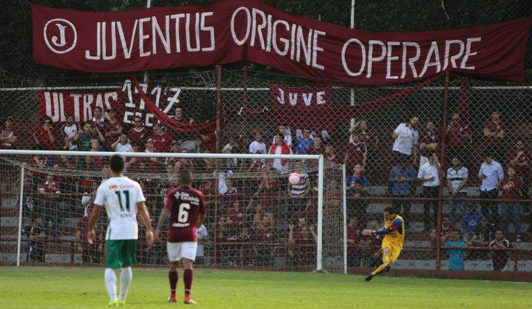 Torcida organizada se concentra atrás de um dos gols da Javari durante um Juventus x Portuguesa.