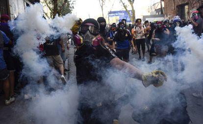 Uma manifestante em um protesto no Chile.