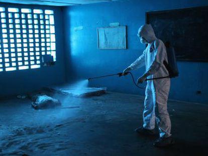 Descontaminação em centro de isolamento na Monróvia.