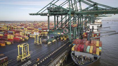 Um navio descarrega contêineres no porto de Antuérpia (Bélgica), em fevereiro.