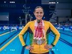Carol Santiago com suas cinco medalhas conquistadas em Tóquio, três delas de ouro.