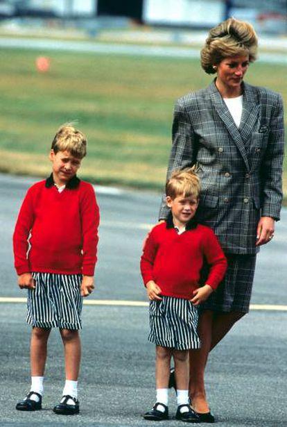 A princesa Diana com William e Harry no aeroporto de Aberdeen, em agosto de 1989