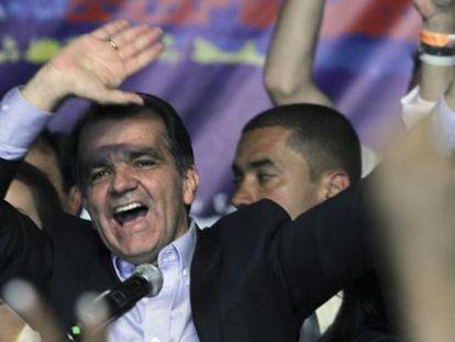 Óscar Zuluaga comemora sua vitória no primeiro turno.