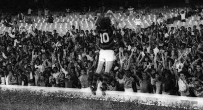 Zico comemorando gol em frente à geral .