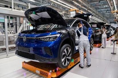 Rede de montagem de carros na fábrica da Volkswagen em Zwickau, Alemanha.