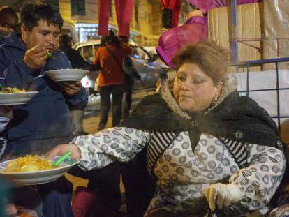 Barraca de rua em La Paz serve comida a várias pessoas