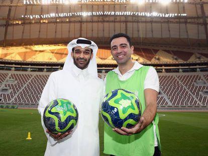 Xavi com Hassan Al-Thawadi, secretário-geral da Copa de 2022.