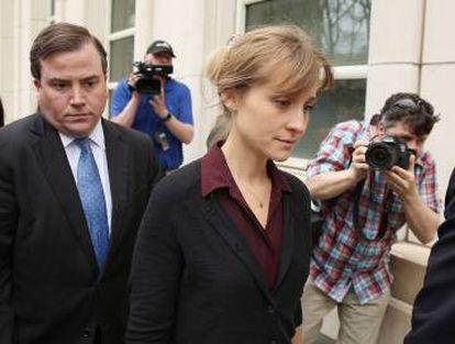 A atriz Allison Mack saindo de uma audiência após ser acusada de tráfico sexual, 4 de maio em Nova York, Estados Unidos.