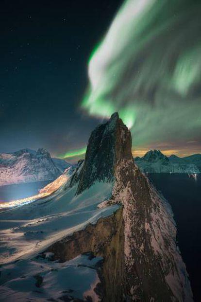 Aurora sobre o topo do pico Segla Senja, ponto culminante das ilhas Lofoten, na Noruega.