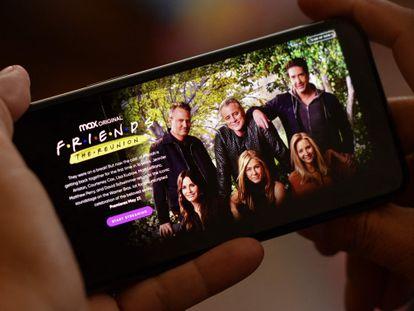 Um reencontro especial da série de comédia de TV mais famosa de todos os tempos, seis atores de aparência muito diferente e um telefone celular: a tempestade perfeita para o julgamento do Twitter.