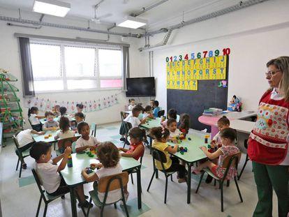 Crianças brincam em uma escola municipal de São Paulo.