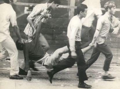 Manifestantes carregam jovem ferido pela repressão militar aos protestos de 21 de junho de 1968, no Rio de Janeiro.