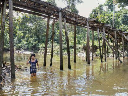 Aryana Adali se banha no rio Tacana, um dos milhares da bacia amazônica, na terra indígena Tikuna-Huitoto, em Leticia (Colômbia).