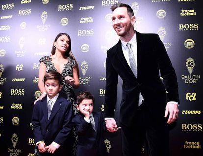 Messi, junto a sua mulher e seus filhos, na festa de Paris.