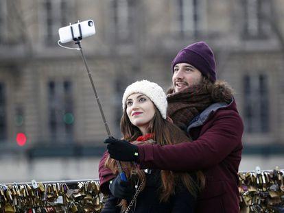 Casal faz 'selfie' na Pont Neuf, em Paris (França), no Valentine's Day.