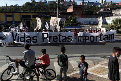 Manifestantes carregam faixa em protesto em São Paulo, em 4 de julho.