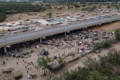 Imagem aérea do acampamento de imigrantes haitianos sob a Ponte Internacional Del Río (Texas), em 21 de setembro de 2021.