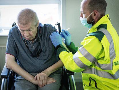 Homem de 67 anos é vacinado contra a covid-19 na Dinamarca, em 5 de março.