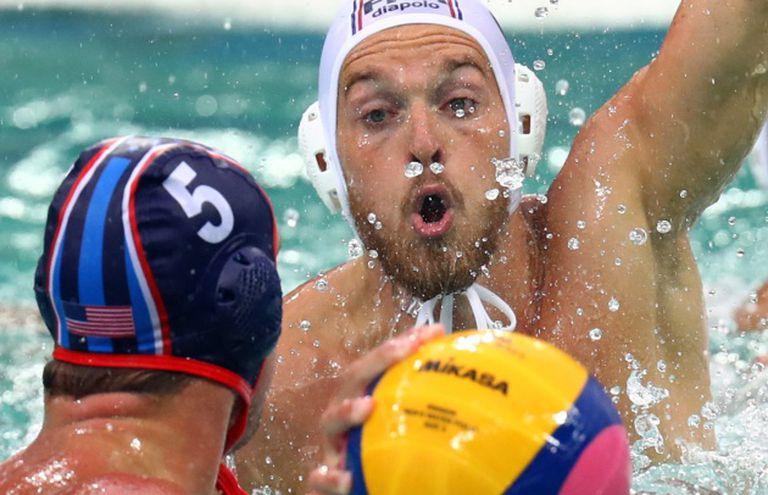 Imagem da partida França x EUA, pelo torneio masculino de polo aquático.