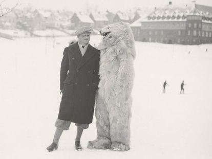 A fascinante coleção de retratos com pessoas vestidas de ursos polares ao longo do século 20
