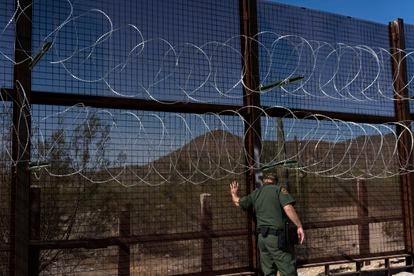 Guarda vigia cerca na fronteira entre México e EUA.