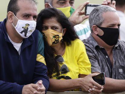 Seguidores de Bolsonaro com máscaras de Bolsonaro nesta segunda, em Brasília.