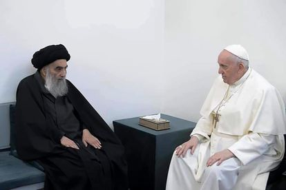 O grão-aiatolá Al Sistani (à esq.) recebe o papa Francisco na sua casa, em Najaf, no norte do Iraque.