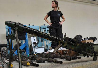 Armas e munições apreendidas pela polícia do Rio de Janeiro em 2010.