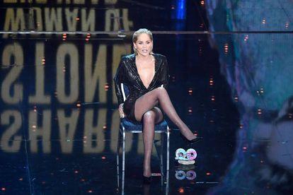 A cruzada de pernas de Sharon Stone é, mais do que uma cena cinematográfica, um marco cultural, parodiada e imitada inúmeras vezes, como nesta festa da revista masculina GQ, em 2019, em Berlim.