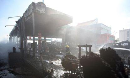 Impacto do foguete lançado de Gaza a um posto de gasolina em Ashdod.