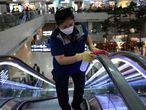 Trabajadores desinfectan unas escaleras mecánicas en el aeropuerto de Incheon (Corea del Sur).