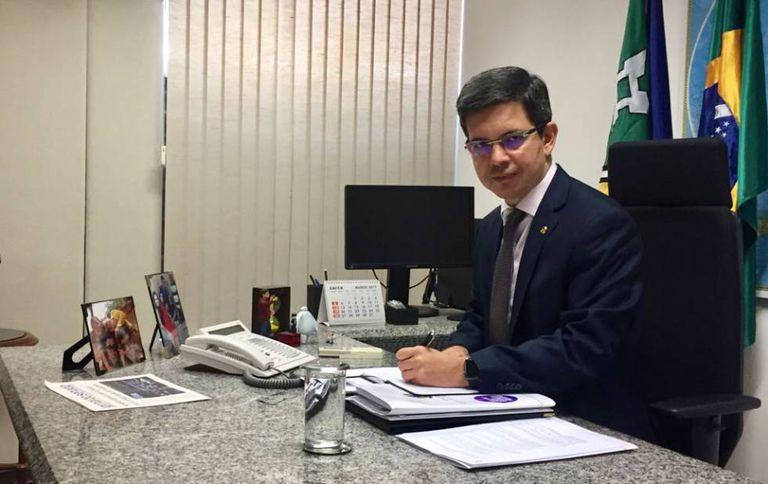O senador Randolfe Rodrigues em seu gabinete.