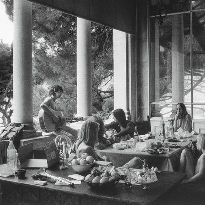 Tommy Weber (de dos), une personne non identifiée, Gram Parsons et sa compagne Gretchen Burell, Anita Pallenberg et Jake Weber, Keith Richards à la guitare, sur la terrasse de la villa Nellcote, 1971.