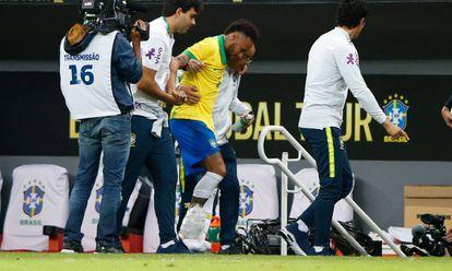 Neymar sofreu uma entorse no tornozelo ainda no primeiro tempo.