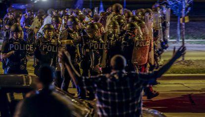 Polícia durante um dos protestos em Milwaukee.