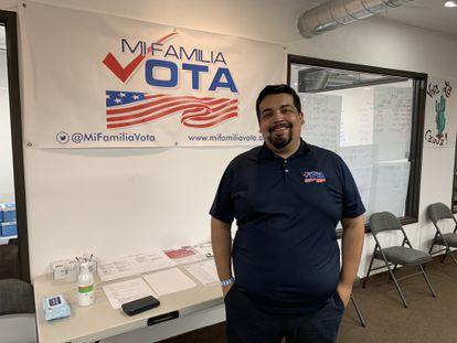 Eduardo Sainz na sede da organização Minha Família Vota em Phoenix.