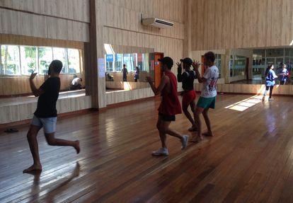 Jovens dançam em unidade do Cuca, rede de centros culturais e esportivos, no bairro do Mondubim, em Fortaleza.