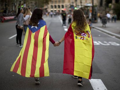 Irene Guszman, 15, veste a bandeira da Espanha e Mariona Esteve, 14, veste a bandeira independentista da Catalunha.