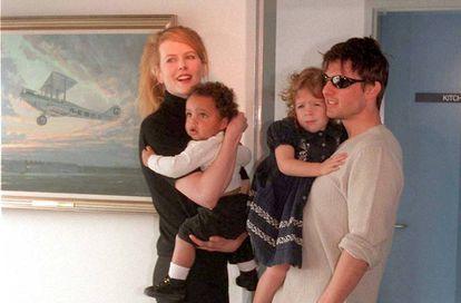 Nicole Kidman e Tom Cruise com seus filhos Connor e Bela quando pequenos.