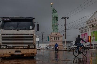 Réplica da Estátua da Liberdade de Nova York na entrada de grandes armazéns em Sinop, no Mato Grosso. É parte da identidade da cadeia Havan, de um empresário amigo de Bolsonaro.