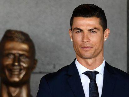 Cristiano Ronaldo, na quarta-feira, em frente ao busto que foi colocado no aeroporto de Madeira