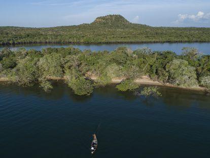 Homem pesca no rio Tapajós, no Pará. Terra indígena da etnia Munduruku é a mais explorada pelo garimpo, segundo o Observatório do Mercúrio.