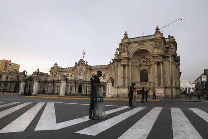 Polícia monta guarda em frente ao Palácio de Governo em Lima.