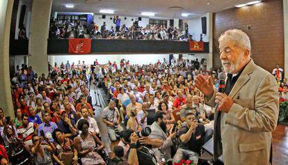 Lula em ato pela Petrobras.