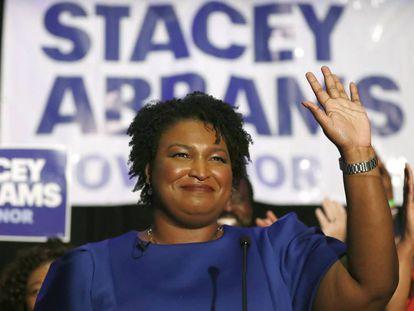 Stacey Abrams, candidata a governadora da Geórgia, saúda simpatizantes em um ato em Atlanta em 22 de maio