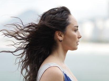 A atriz Simone Spoladore como Lóri, protagonista do filme 'O livro dos prazeres'.