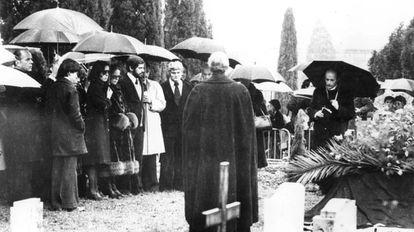 A família de Chaplin durante funeral privado