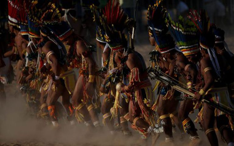 Grupo de índios durante jogos indígenas em Cuiabá.